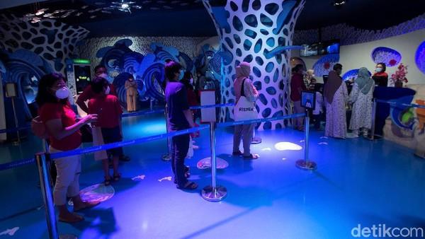 Kehadiran pertunjukan naga bawah air dan putri duyung itu pun menjadi daya tarik tersendiri bagi para pengunjung Jakarta Aquarium & Safari.