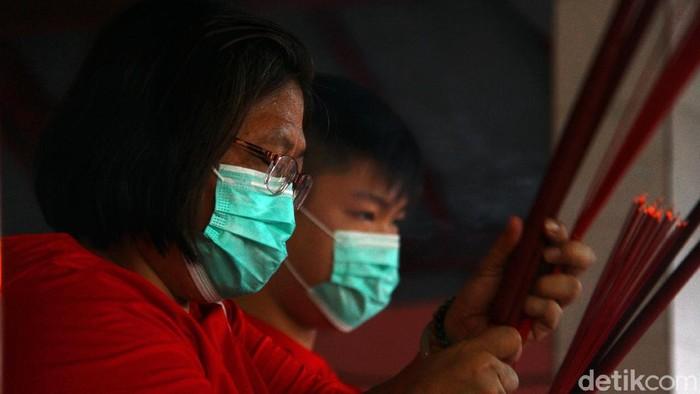Perayaan Imlek tahun ini diselenggarakan dengan terapkan protokol kesehatan yang ketat guna mencegah virus Corona. Hal itu terlihat di Vihara Gayatri Depok.