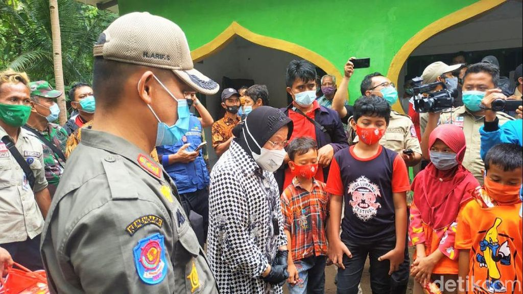 Mensos Risma Temui Korban Tanah Longsor di Kebumen