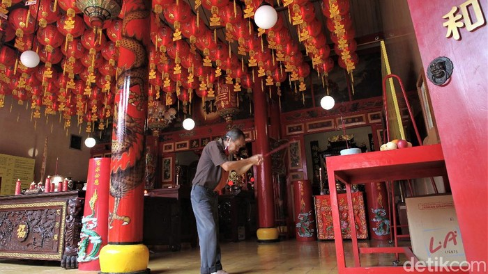 Perayaan Imlek tahun ini digelar di masa pandemi COVID-19. Guna cegah Corona, warga keturunan Tionghoa berdoa di klenteng dengan terapkan protokol kesehatan.