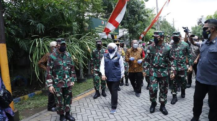 Panglima TNI meminta Pangdam Brawijaya berkoordinasi dengan Kapolda Jatim untuk melacak dan memperketat PPKM di 210 RT di Jatim yang masih di zona merah. (dok Puspen TNI)