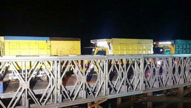 Pembangunan jembatan darurat dari rangka baja (bailey) untuk mengganti jembatan Sungai Salim di Kabupaten Banjar, Kalimantan Selatan (Kalsel) telah rampung (Foto: Antara)