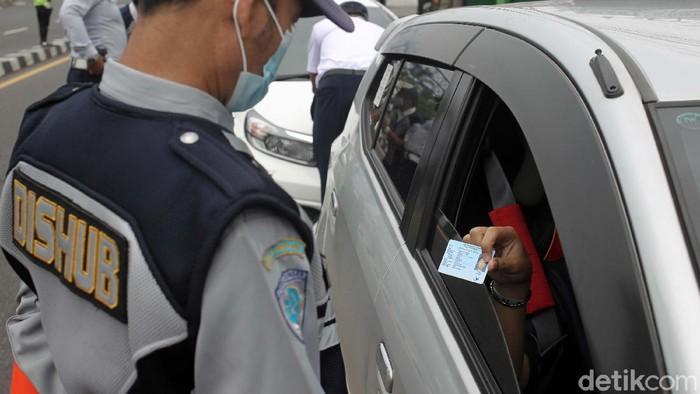 Pengendara yang melintas di Jalan Raya Jogja-Magelang, Yogyakarta, dihadang petugas gabungan Satgas COVID-19. Mereka wajaib menunjukan surat keterangan bebas Corona.