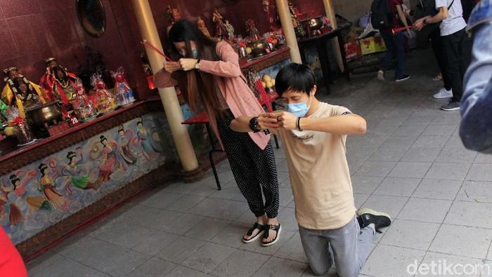 Perayaan Imlek digelar di Vihara Dharma Ramsi, Kota Bandung, Jumat (12/2/2021). Perayaan Imlek dilakukan dengan protokol kesehatan, juga warga yang datang dibatasi.