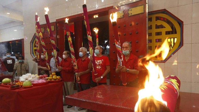 Sejumlah warga keturunan Tionghoa di Riau dan Aceh merayakan Hari Raya Imlek 2021. Begini suasana perayaan Imlek di tengah pandemi COVID-19.