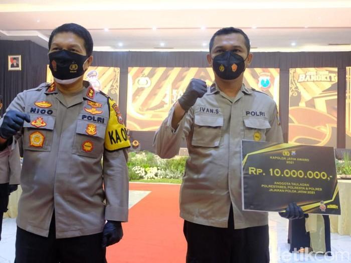Polisi Lantas Polres Probolinggo Viral Diserempet angkot Mendapat Penghargaan Dari Kapolda Jatim
