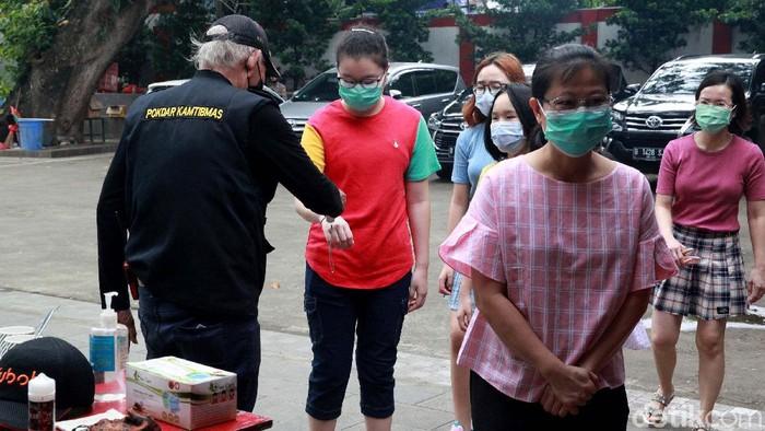 Vihara Amurva Bhumi, Karet Kuningan, Jakarta, menerapkan protokol kesehatan ketat saat perayaan Tahun Baru Imlek 2021. Hal ini guna mencegah penyebaran virus Corona.