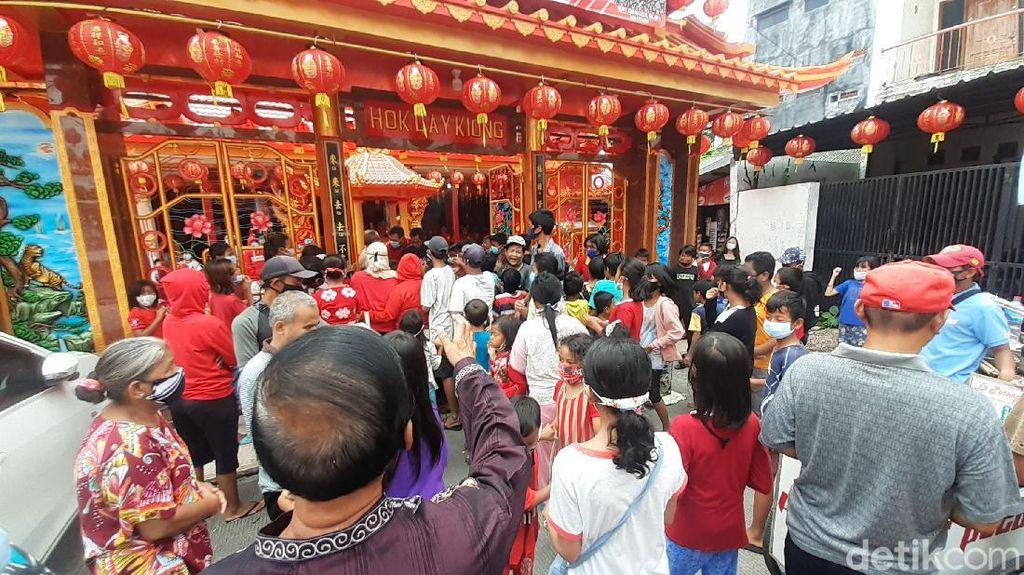 Petugas Tertibkan Kerumunan Pencari Angpao di Kelenteng Hok Lay Kiong Bekasi