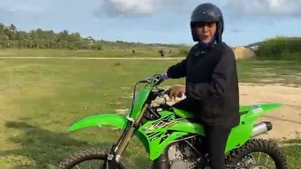 Aksi Susi Pudjiastuti Jajal Motor Trail 2-Tak