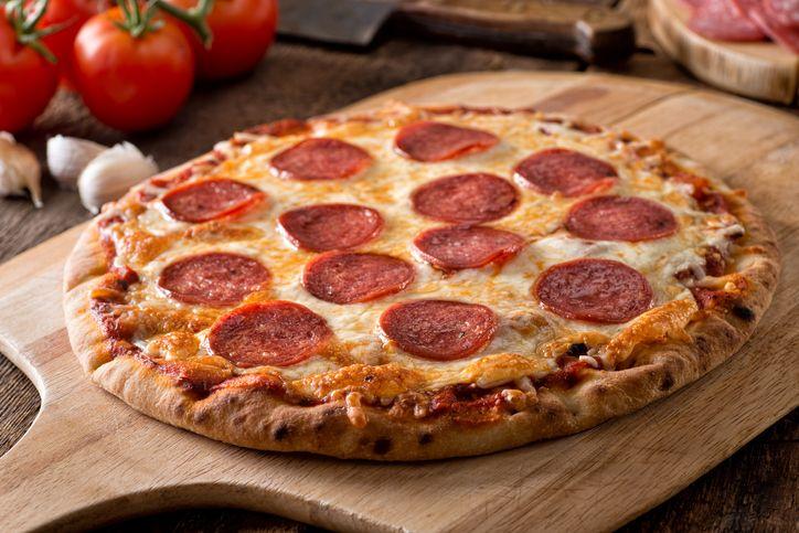 Jijik! Dua Ekor Tikus Tertangkap Basah Makan Pizza di dalam Etalase Resto
