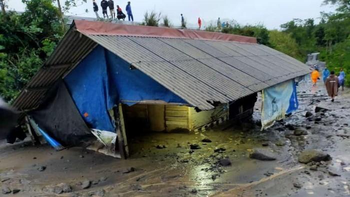 Sebuah warung makan di Lumajang terendam material banjir lahar hujan Gunung Semeru. Warung yang berada di tepi Sungai Renteng desa setempat terendam hingga 2 meter.