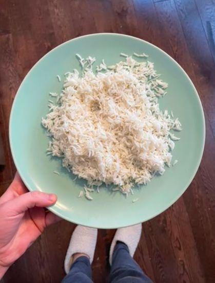 Cara Panaskan Nasi dengan Es Batu, Hasilnya Bikin Nasi Pulen