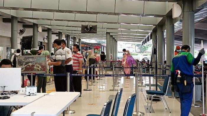 Suasana Stasiun Pasar Senen, Sabtu (13/2/2021) pagi. Nampak belum ada penumpukan calon penumpang.