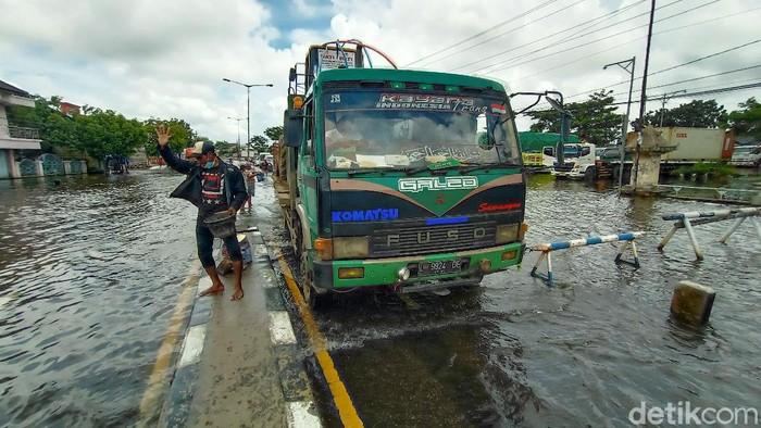 Jalur Pantura Kudus-Semarang, yang terendam banjir selama sepekan terakhir ini berangsur surut. Pengendara diminta waspada kondisi jalan yang berlubang.