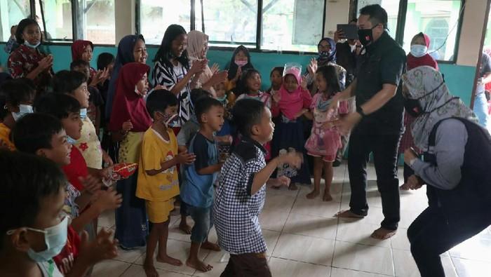 Aksi tanggap bencana dilakukan, salah satunya dengan menghibur anak-anak korban banjir Karawang.