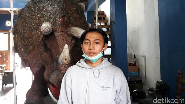 Terinspirasi film Jurassic Park, seorang pemuda asal Bantul membuat kostum animatronik karakter dan kostum dinosaurus. Penasaran?