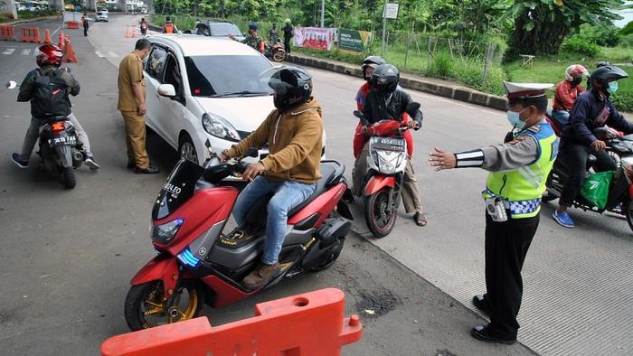Sejumlah kendaraan roda empat keluar Gerbang Tol Bogor saat pemberlakuan aturan ganjil-genap di Tanah Baru, Kota Bogor, Jawa Barat, Sabtu (13/2/2021). Jumlah kendaraan roda empat yang masuk ke Kota Bogor melalui pintu keluar Gerbang Tol Bogor mengalami penurunan sejak diberlakukan aturan ganjil genap pada akhir pekan lalu sebanyak 8.082 kendaraan, sementara kendaraan roda empat yang diputar balik sebanyak 736 kendaraan. ANTARA FOTO/Arif Firmansyah/foc.