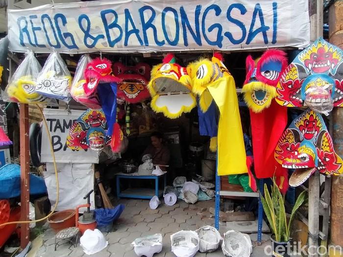Imlek tahun ini dirayakan dalam suasana pandemi COVID-19. Perajin topeng barongsai di Surabaya mengaku mengalami penurunan omzet.