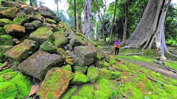 Juru pelihara Candi Koto Mahligai menyapu bagian dalam situs di Kawasan Percandian Muarajambi, Muarojambi, Jambi, Sabtu (13/2/2021).