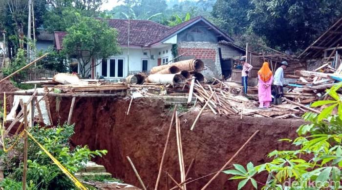 Fenomena pergerakan tanah di Sukabumi terjadi semakin masif. Dalam sepekan terakhir beberapa rumah warga terpaksa dirobohkan karena posisinya yang menggantung.