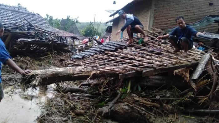 Tanah longsor di Desa Sumber Rejo, Kecamatan Donorojo, Jepara, Sabtu (13/2/2021).