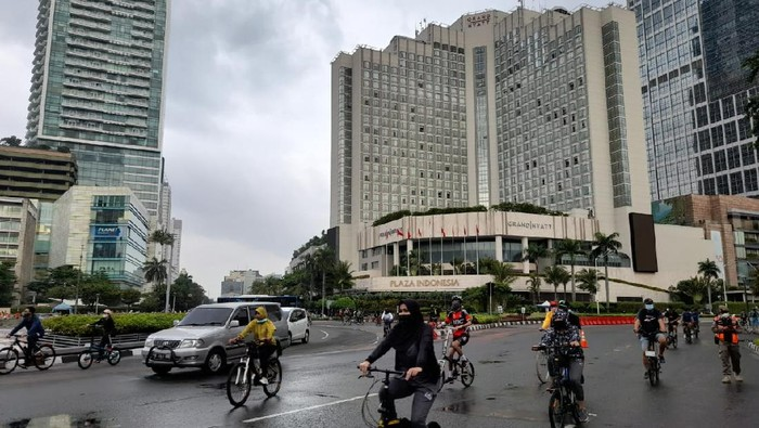 Aktivitas Warga Jakarta di Bundara HI saat PPKM Mikro