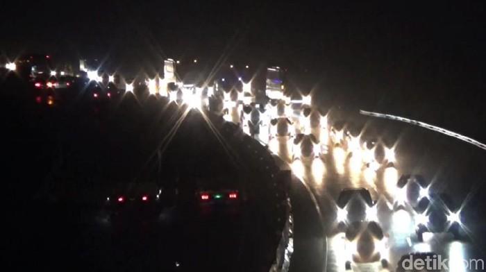 Arus lalu lintas di ruas Tol Cipularang dari arah Bandng menuju Jakarta terpantau ramai cenderung padat. Seperti apa penampakannya? Berikut fotonya.