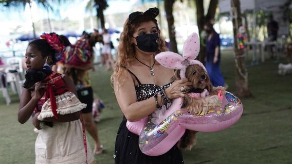 Dilansir dari AP, gelaran Karnaval Rio de Janeiro tahun ini dibatalkan akibat pandemi virus Corona yang melanda kawasan Brasil. Meski begitu, para pecinta hewan peliharaan dari seluruh kota tetap bertemu untuk mengikuti tradisi yang menarik peserta dan anjing peliharaan mereka untuk bersaing mendapatkan kostum terbaik.