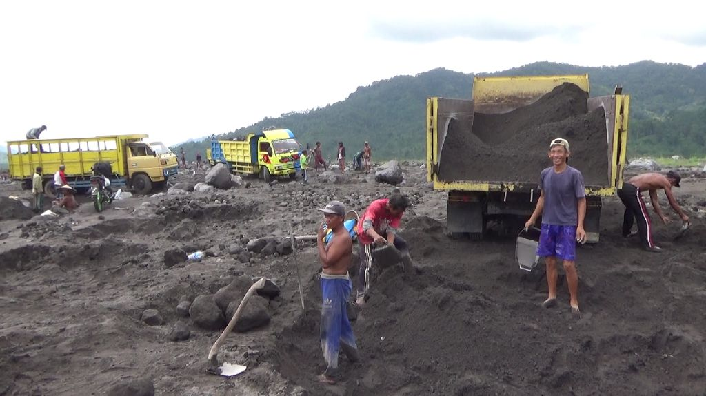 Berkah Banjir Lahar Gunung Semeru Bagi Penambang Pasir dan Batu di Lumajang
