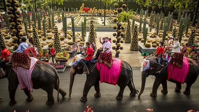Hari kasih sayang kerap dijadikan momen bagi para pasangan untuk mengikrarkan janji sehidup semati. Sejumlah pasangan di Thailand pun antusias ikut nikah massal