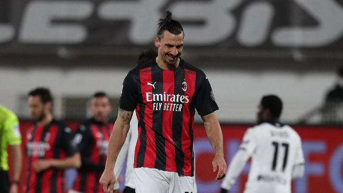 LA SPEZIA, ITALY - FEBRUARY 13: Zlatan Ibrahimovic of AC Milan shows his dejection during the Serie A match between Spezia Calcio  and AC Milan at Stadio Alberto Picco on February 13, 2021 in La Spezia, Italy.  (Photo by Gabriele Maltinti/Getty Images)
