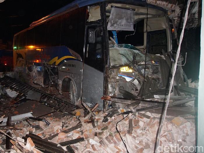 Bus Sugeng Rahayu yang sarat penumpang menabrak rumah di Mojokerto. Kecelakaan tunggal ini mengakibatkan bagian toko dari rumah tersebut porak-poranda.