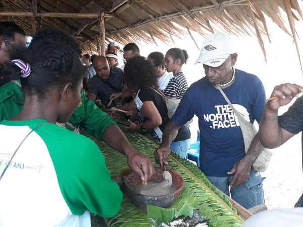 Setiap tanggal 30 September di kampung Abar selalu dilaksanakan festival makan papeda dalam gerabah. Dalam festival ini, pengunjung dapat menyantap papeda, dan gerabahnya boleh dibawa pulang.
