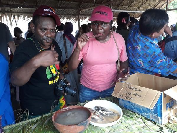 Warga Kampung Abar yang tinggal di dekat Danau Sentani, Papua punya tradisi unik. Mereka biasa makan papeda bersama sambil duduk melingkar. Setiap tahun bahkan digelar festival makan papeda di sini dan mengundang ratusan wisatawan.