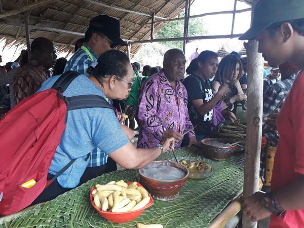 Biasanya di tengah-tengah mereka terdapat papeda yang dimasak dalam wadah gerabah. Tradisi makan papeda sambil duduk bersama ini merupakan tradisi yang diwariskan sejak nenek moyang.