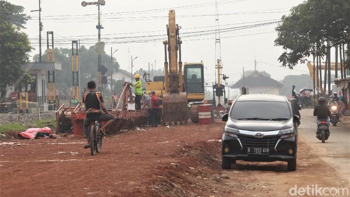 Jalur rel ganda Kiaracondong-Cicalengka mulai dibangun. Sejumlah alat berat dikerahkan untuk menyelesaikan pembangunan jalur rel ganda tersebut.
