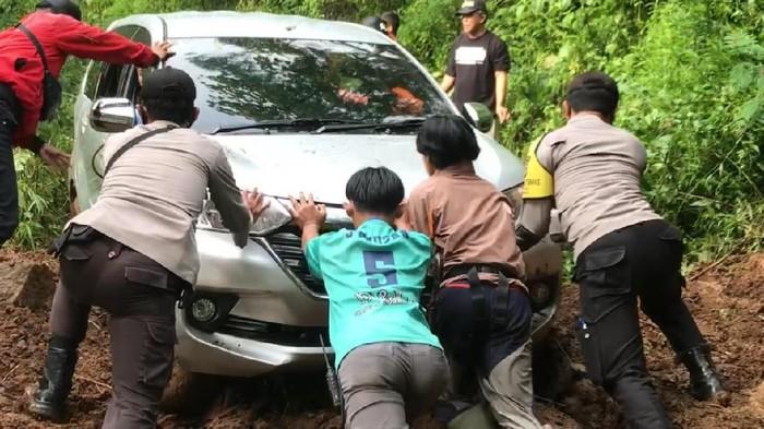 Mobil yang tersesat di hutan kawasan Gunung Putri Majalengka berhasil dievakuasi.