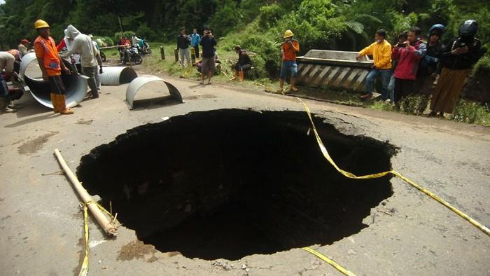 Lubang besar dengan diameter sekitar 8 meter terlihat di jalan penghubung kawasan Brebes dan Tegal. Begini penampakannya.