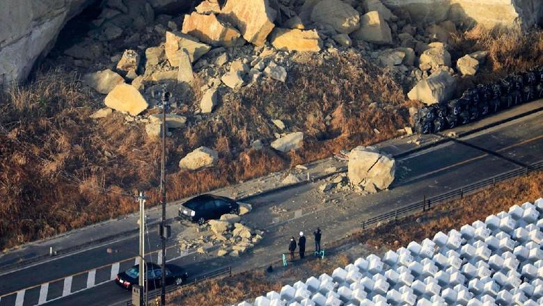 Gempa berkekuatan magnitudo 7,3 gucang sisi timur lepas pantai Fukushima Jepang. Sejumlah kerusakan akibat gempa pun terlihat di kawasan itu. Berikut fotonya.