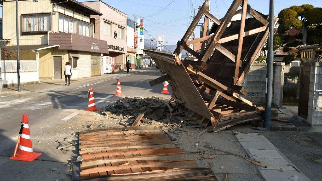 Potret Kerusakan Akibat Gempa M 7,3 Guncang Jepang