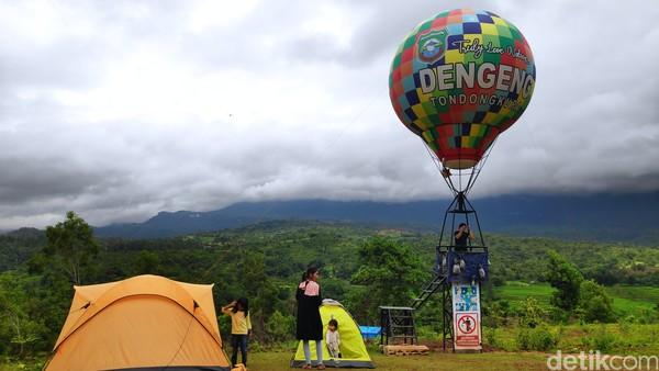 Obyek wisata ini berada di Dengeng Highland puncak Tondongkura, Pangkep, Sulawesi Selatan. Bagi traveler yang hendak berkunjung ke lokasi ini, tidak perlu khawatir jika ingin menginap, karena pengelola juga menyiapkan beberapa rumah dan juga tenda untuk penginapan. Kerennya lagi, karena semua fasilitas itu digratiskan.