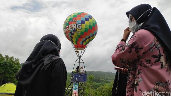 Selain pemandangan dan suasana sejuk ala pegunungan, di tempat ini terdapat balon udara besar yang dijadikan spot foto.