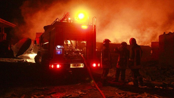Lebih dari 500 truk bahan bakar dan gas alam terbakar di kawasan perbatasan Iran-Afghanistan. Sedikitnya 7 orang terluka akibat insiden tersebut.