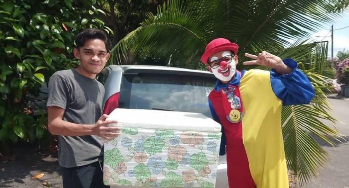 Sepi Job Sejak Pandemi, Pria Ini Antar Makanan Pakai Kostum Badut