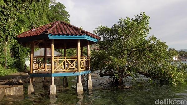 Sumur tiga rasa berada di pinggir pantai Desa Karampuang, Kecamatan Mamuju. (Abdy Febriady/detikcom)