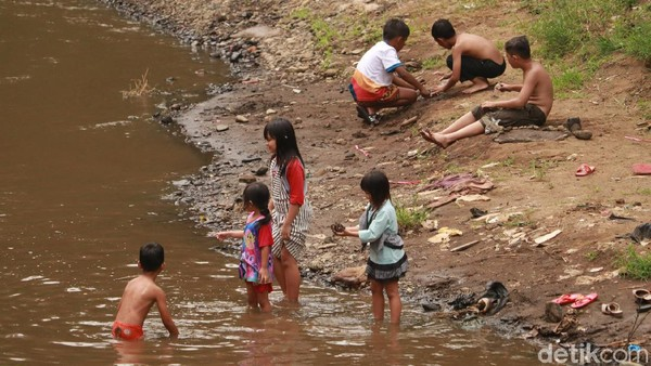 Bagi traveler yang mengajak anak-anak ke obyek wisata ini bisa langsung bermain air bahkan berenang, karena aliran sungai yang ada di kawasan Teras Cikapundung cukup dangkal. (Wisma Putra/detikTravel)