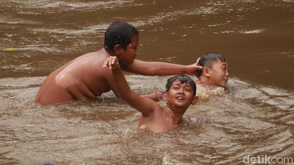 Kita juga bisa bernostalgia semasa kecil, dengan bermain air di aliran sungai ini. Tak jarang, para pengunjung pun mengajak anak-anaknya untuk bermain air dan berenang di aliran sungai tersebut. (Wisma Putra/detikTravel)
