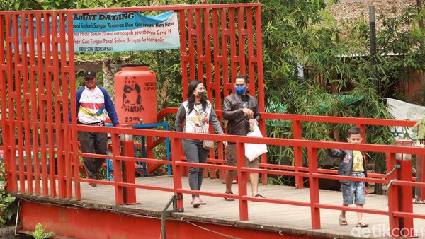 Traveler yang berkunjung ke objek wisata di sekitar aliran Sungai Cikapundung pasti menyukai destinasi ini karena suasananya masih alami dan masih banyak rimbunan pepohonan. (Wisma Putra/detikTravel)