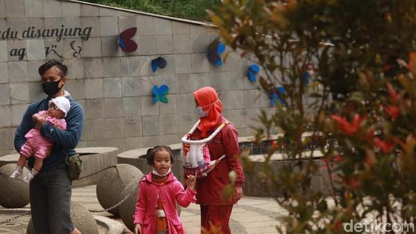 Salah satu pengunjung, Iwan Sukriawan (38) mengajak anaknya bermain ke Teras Cikapundung. Tak hanya bermain, Iwan juga ingin memberi edukasi kepada anak-anaknya agar mengenal alam dan menjaga pepohonan jangan sampai ditebang. (Wisma Putra/detikTravel)