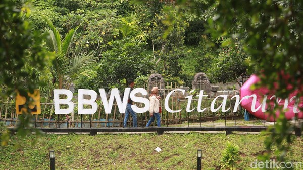Teras Cikapundung menjadi tempat favorit warga Bandung untuk berwisata di kala pandemi COVID-19. Obyek wisata yang dibangun BBWS Citarum ini nyaman sekali dan penuh nostalgia. (Wisma Putra/detikTravel)